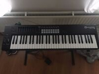 Keyboard Novation LAUNCHKEY 61 MK2 + stand + pedals