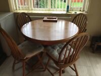 Round dinning table and 4 chairs in pine good condition