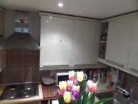 Lovely modern double room - with balcony by Feltham station/ use of Gym