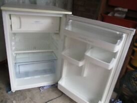 Fridge freezer, 55cm wide Hotpoint under counter fridge freezer, Very cean