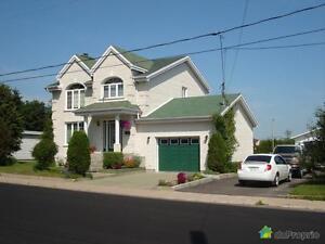 299 999$ - Maison 2 étages à vendre à La Baie