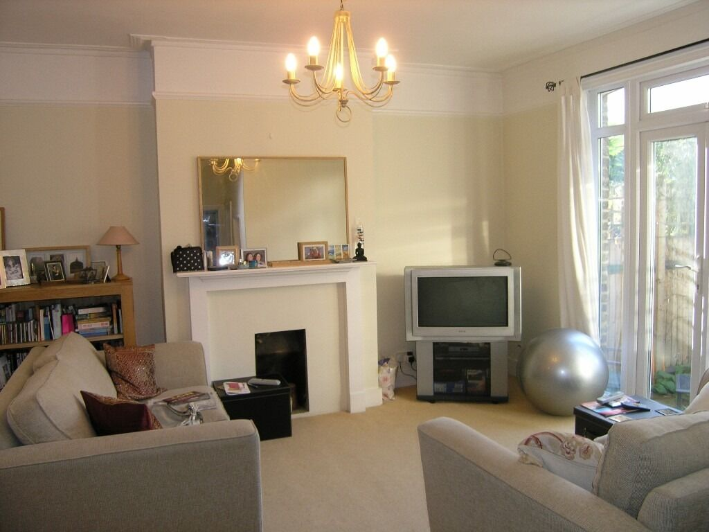 Great 2 Bedroom Flat With Spacious Private Courtyard Garden In Raynes Park !!!!
