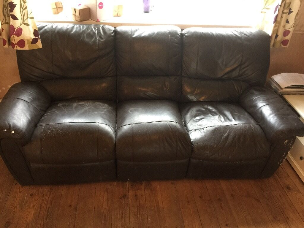 3 seater leather recliner scratched on the sides selling due to an upgrade