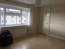Large 3 bed flat, great location near to shops, schools, public transport. Near GCHQ