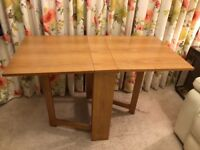 DINING ROOM TABLE Excellent condition Adjustable sizes which makes it very versatile
