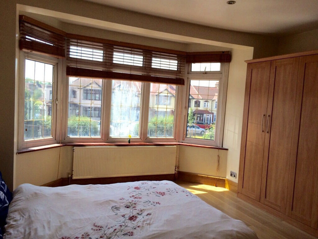 3 BED FLAT NEXT TO REDBRIDGE STATION ALL INC
