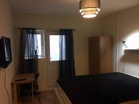 NO FEES - Room to Rent w/ King Bed, Smart TV and Smoking Bay in heart of Luton Town