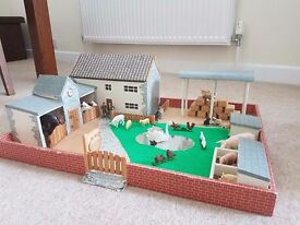 HANDMADE CHILDRENS FARMYARD WITH 10 SCHLEICH ANIMALS PLUS OTHER ANIMALS/FARMERS
