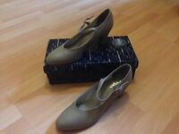 Tan stage shoes for sale, approx UK 7