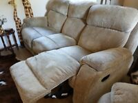 BARGAIN. NEED THIS GONE! 3 Piece Suite. 3 seater recliner settee, 2 armchairs