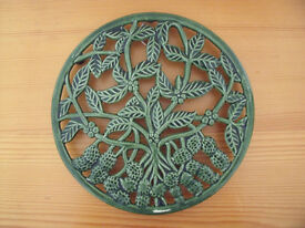 Large round green metal strawberry/leaf design trivet with hanging ring for storage/display. £4 ovno