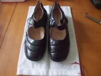 Ladies Cushion Walk shoes size 5 in Black.