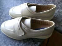 BRAND NEW COSYFEET WIDE FIT SHOES SIZE 8.5 COST £59 SUIT MEN OR WOMEN