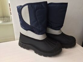 CHILDS BOOTS , NEW ,AS NOT BEEN WORN. SIZE 1 ( EUR 33) . WARM AND COMFORTABLE.