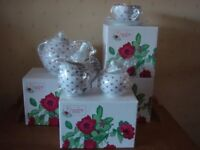 AVON COUNTRY ROSE DESIGN TEA SET COLLECTION (BRAND NEW AND BOXED)