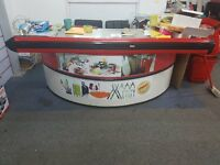 A HEAVYDUTY SHOP/SUPERMARKET DISPLAY COUNTER , 2 PARTITIONS ROUND BASE AND RECTACGULER METAL TOP
