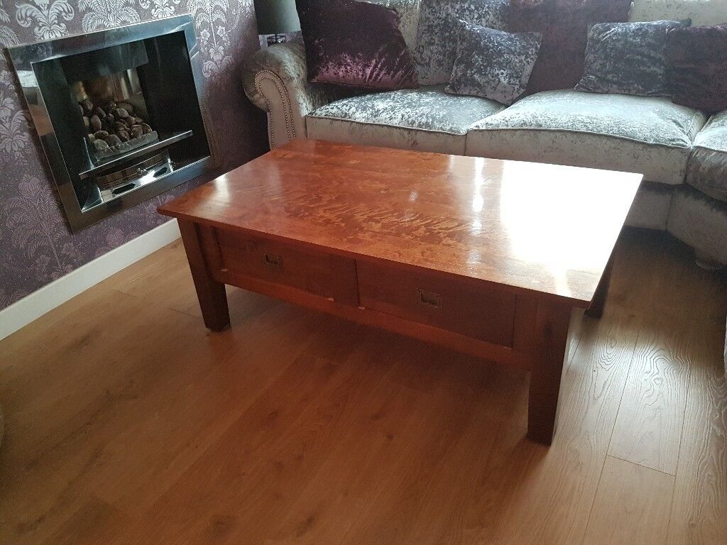 Lovely coffee table with 2 drawers in dsrk oak with brass handles