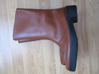Ladies Tan Boots with Sheepskin Lining - Size 4