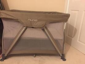 Travel cot nuna