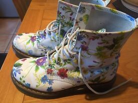 LADIES DR MARTIN BOOTS - UK SIZE 6