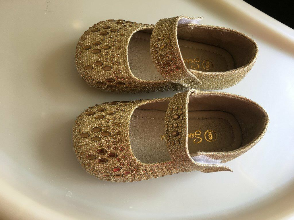 Sandal house girls gold infant shoes Size 6in Coventry, West MidlandsGumtree - Sandal house girls gold infant shoes Size 6. Only worn once to a wedding so in great condition. Collection from Coventry CV3 2AF or Wednesbury WS10 7WP. Can arrange delivery but ask first