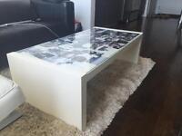 Table basse blanche, dessus en verre, de IKEA