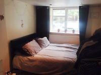 Double bedroom in Hammersmith. Couples welcome.