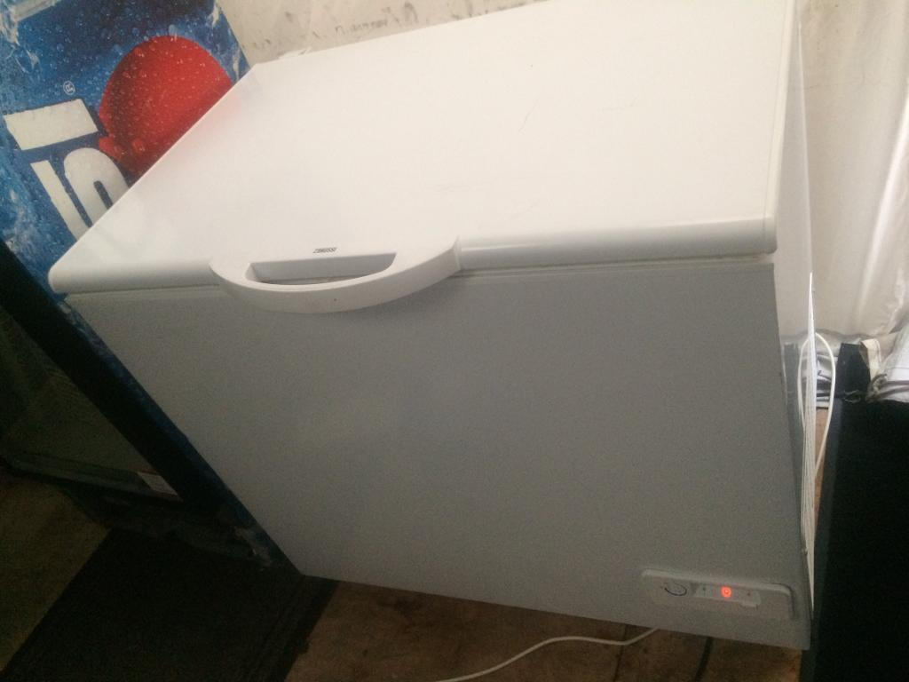 White zanussi W 100cm chest freezer good condition with guarantee