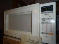 Microwave Oven - Matsui 850 Watt with Glass Turntable