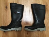 AS NEW Mens Black Safety Wellingtons Boots - UK Size 10 / EU 44 (Meet BS Specifications)