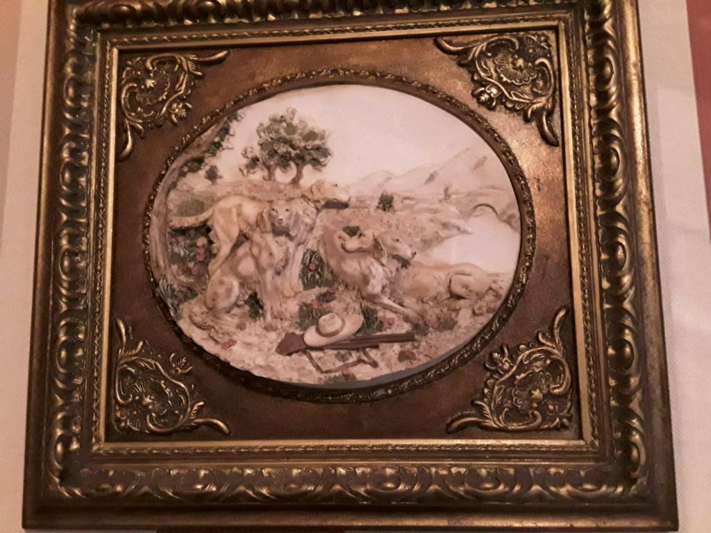 Plaster profile picture of hunting dogs