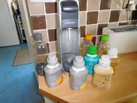 SODA STREAM WITH GAS AND BOTTLES/5 BOTTLES SYRUP
