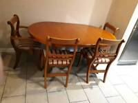 Lovely dinning table with 6 chairs