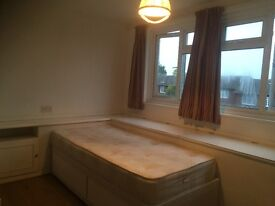 Very clean double room.all bill included,free parking,free wifi,10 minutes to Surbiton station,