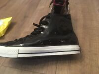 Rare Chuck Taylor Converses in womans size 6 (unisex)