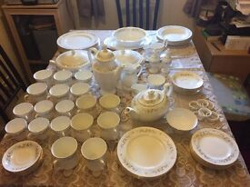 Mayfair Bone China Dinner Service in excellent condition Alpine pattern, 72 pieces.