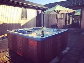 YellowRush Lodge. Private Outdoor Hot Tub. Sleeping from 6-10. Near York