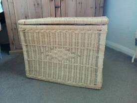 Wicker basket with lid, toy storage, blankets