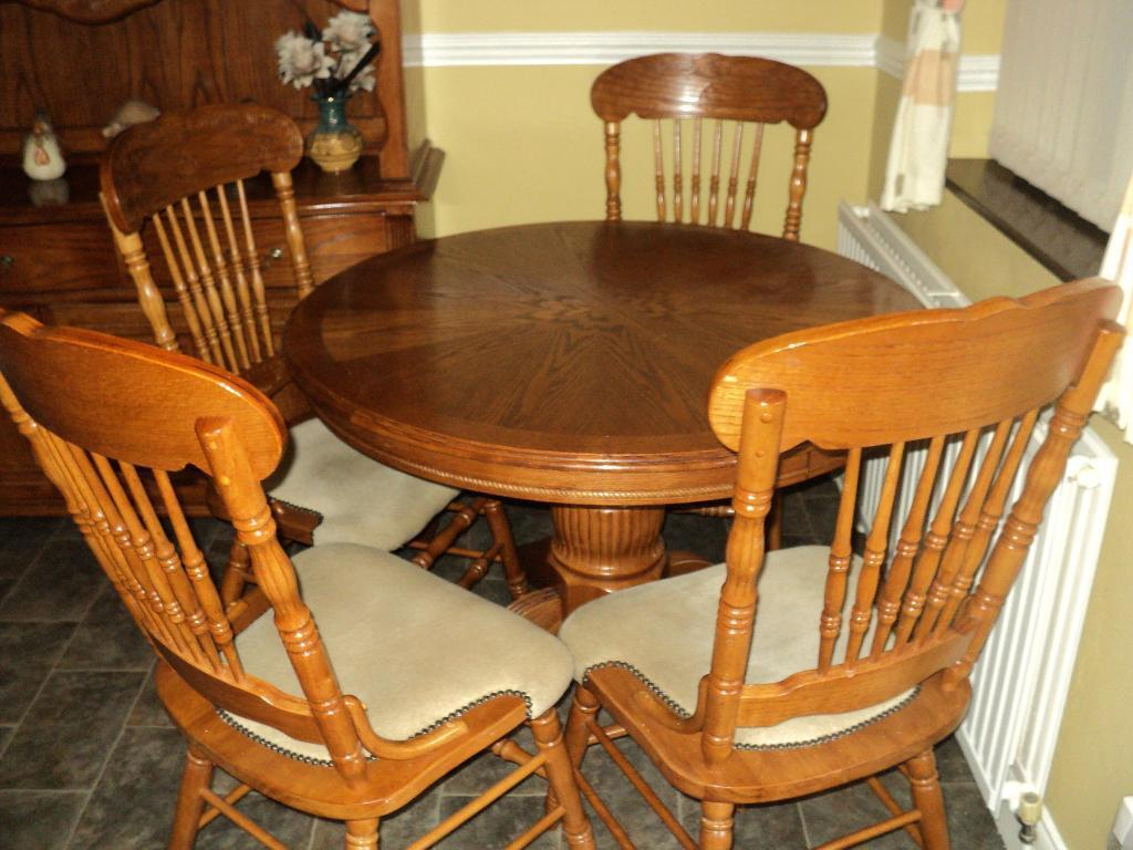 oak round extendable table 4 chairs in south elmsall west yorkshire gumtree. Black Bedroom Furniture Sets. Home Design Ideas
