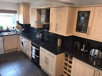 Kitchen units inc freestanding cooker & extractor fan