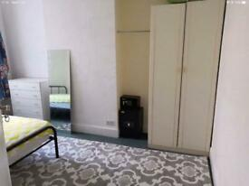 Large Room in the ❤️ of North Finchley suit Non-Smoker considerate professional male or female!