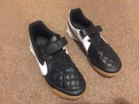 Nike boys size 3.5 court football trainers