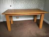 LARGE SOLID OAK DINING TABLE IN EXCELLENT CONDITION FREE LOCAL DELIVERY AVAILABLE 07486933766