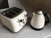 De'Longhi KBJ3001 Brillante Kettle - white De'Longhi CTJ4003 Brillante 4 Slice Toaster