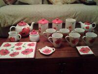 Poppy set, mugs, teapot etc