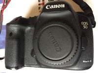 Canon eos 5d mark iii camera body only come with battery charger trap good cobition