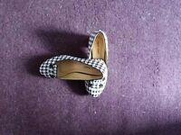 2 x pair hounds tooth shoes size 3.5/4
