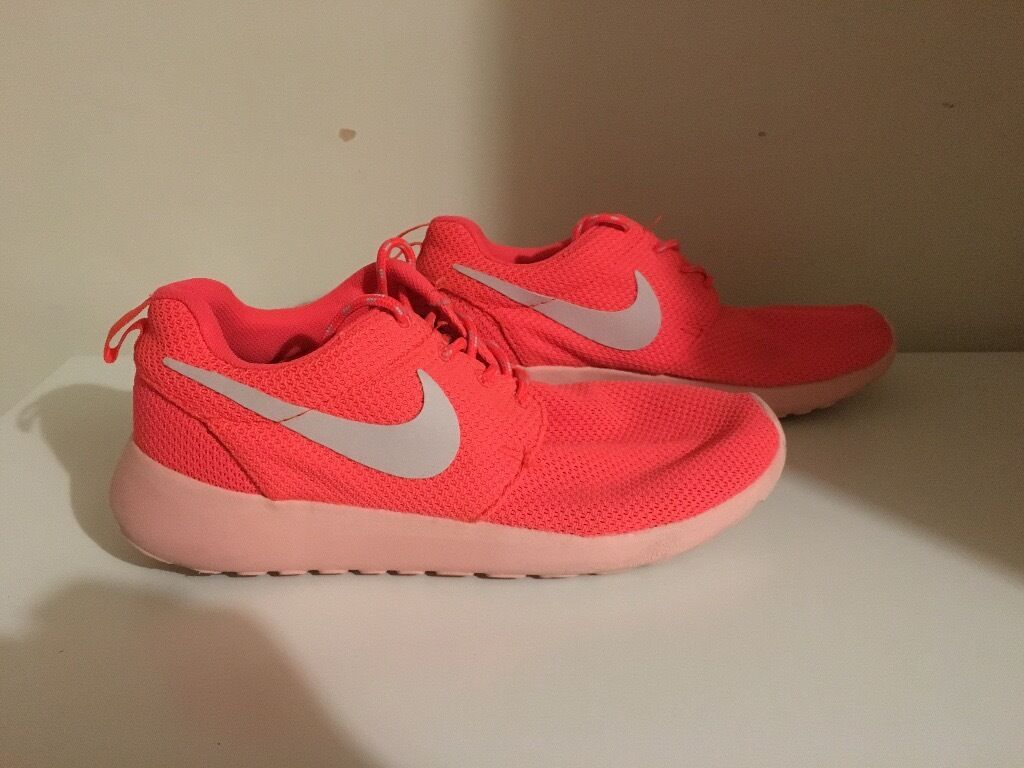 welgq Women\'s Pink Nike Roshe Run gym trainers - excellent condition