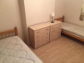 BIG TWIN ROOM IN PUTNEY HIGH STREET