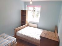 Bright Twin Room for 2 Friends in Hammersmith Avail now